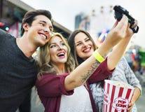Un groupe d'amis apprécie le parc d'attractions Image stock