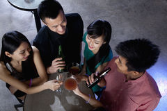 Un groupe d'amis ayant des boissons dans la boîte de nuit Image libre de droits