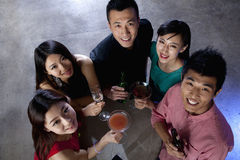 Un groupe d'amis ayant des boissons dans la boîte de nuit Photos stock