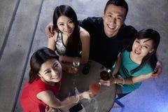 Un groupe d'amis ayant des boissons dans la boîte de nuit Photo libre de droits