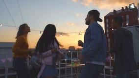 Un groupe d'amis danse et se réjouit Mouvement lent banque de vidéos