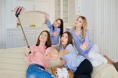 Un groupe d'amis de ` de jeunes filles font le selfie au téléphone à un rassemblement Photos libres de droits