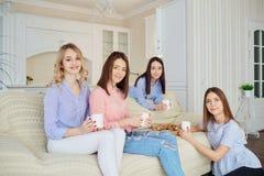 Un groupe d'amis de jeunes filles parlent lors d'une réunion dans une chambre Photos libres de droits