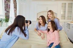 Un groupe d'amis de jeunes filles sont photographiés sur un appareil-photo a Image libre de droits