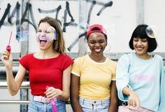 Un groupe d'amis divers de femme ayant l'amusement ensemble Photographie stock libre de droits