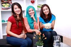 Un groupe d'amis féminins de sourire Photos stock