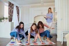 Un groupe d'amis jouent dans les jeux sur le plancher à l'intérieur Photo libre de droits