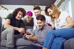 Un groupe d'amis lors d'une réunion parlant ensemble dans la chambre Photos libres de droits