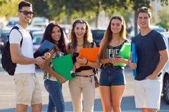 Un groupe d'amis parlant dans la rue après classe Photographie stock libre de droits