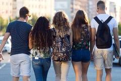 Un groupe d'amis parlant dans la rue après classe Photo stock