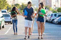 Un groupe d'amis parlant dans la rue après classe Images libres de droits