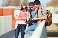 Un groupe d'amis parlant dans la rue après classe Photos libres de droits