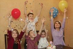 Un groupe d'enfants dans des chapeaux de vacances à un children& x27 ; partie de s Les enfants ont l'amusement ensemble des vacan Image stock