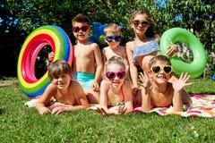 Un groupe d'enfants dans des maillots de bain pendant l'été Photographie stock libre de droits