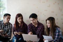 Un groupe d'hommes et de femmes d'affaires parlant entre eux Ayez a Photographie stock