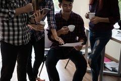 Un groupe d'hommes et de femmes d'affaires parlant entre eux Ayez a Images stock