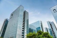Un groupe d'immeuble de bureaux moderne Images stock