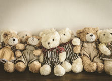 Un groupe d'ours de nounours mignons se reposant ensemble Photo stock