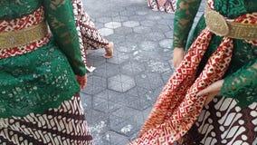 Un groupe de belles filles de danseur de Yogyakarta avec de beaux costumes Javanese de danse traditionnelle images libres de droits