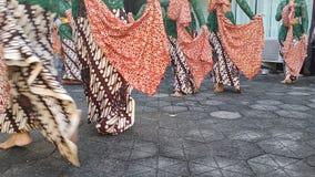 Un groupe de belles filles de danseur de Yogyakarta avec de beaux costumes Javanese de danse traditionnelle photographie stock libre de droits