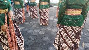 Un groupe de belles filles de danseur de Yogyakarta avec de beaux costumes Javanese de danse traditionnelle photos libres de droits