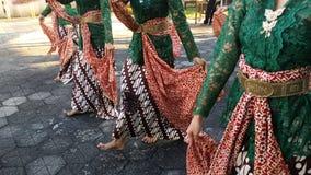 Un groupe de belles filles de danseur de Yogyakarta avec de beaux costumes Javanese de danse traditionnelle image libre de droits