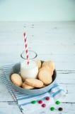 Un groupe de biscuits sablés n de beurre une cuvette sur le Ba en bois blanc Photo libre de droits