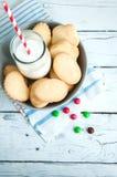 Un groupe de biscuits sablés n de beurre une cuvette sur le Ba en bois blanc Images stock