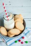 Un groupe de biscuits sablés n de beurre une cuvette sur le Ba en bois blanc Photos libres de droits