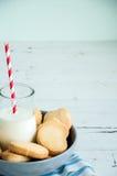 Un groupe de biscuits sablés n de beurre une cuvette sur le Ba en bois blanc Images libres de droits