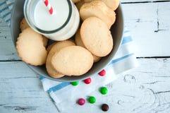 Un groupe de biscuits sablés n de beurre une cuvette sur le Ba en bois blanc Image libre de droits