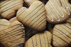 Un groupe de biscuits sous forme de coeurs Photo stock