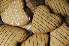 Un groupe de biscuits sous forme de coeurs en gros plan Image stock