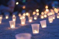 Un groupe de bougies brûlant dans la rue Jour de souvenir pour privé images stock