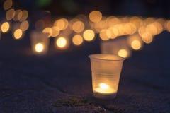 Un groupe de bougies brûlant dans la rue Jour de souvenir pour privé photographie stock