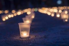 Un groupe de bougies brûlant dans la rue Jour de souvenir pour privé image stock