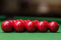 Un groupe de boules rouges de billard Images stock