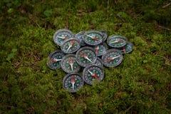 Un groupe de boussoles cassées se trouvant sur la terre dans la hausse de forêt aventure photo stock