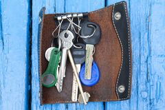 Un groupe de clés sur un conseil en bois bleu images libres de droits