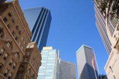 Un groupe de construction du centre ville moderne dedans de Dallas Photos libres de droits