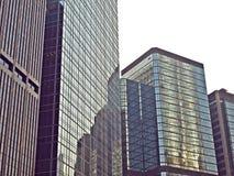 Un groupe de construction urbaine d'affaires avec le mur en verre Images stock
