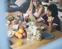 Un groupe de femmes diverses prenant le petit déjeuner ensemble Photos libres de droits
