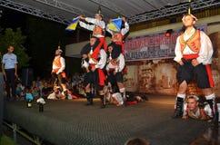 Un groupe de garçons turcs dans des costumes turcs traditionnels Images libres de droits