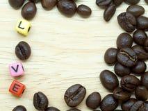 Un groupe de grains de café minces sur le plancher en bois léger Photos libres de droits