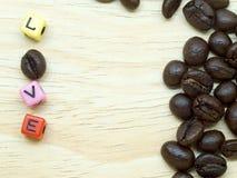 Un groupe de grains de café minces sur le plancher en bois léger Photo stock