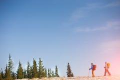 Un groupe de grimpeurs dans les montagnes Images libres de droits