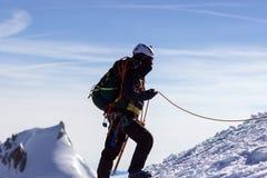 un groupe de grimpeurs dans les montagnes Sport de s'élever et d'alpinisme Concept de travail d'équipe photographie stock
