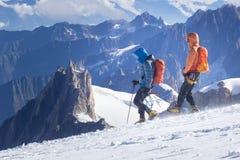 un groupe de grimpeurs dans les montagnes Sport de s'élever et d'alpinisme Concept de travail d'équipe photos libres de droits