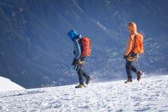 un groupe de grimpeurs dans les montagnes Sport de s'élever et d'alpinisme Concept de travail d'équipe photographie stock libre de droits