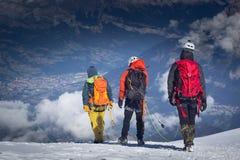 un groupe de grimpeurs dans les montagnes Sport de s'élever et d'alpinisme Concept de travail d'équipe image stock